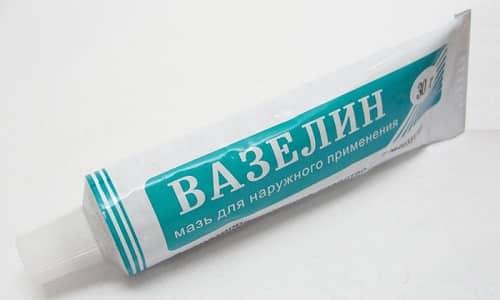 Для приготовления мази шелуху измельчают на кофемолке до порошкового состояния и добавляют ингредиент в детский крем или вазелин