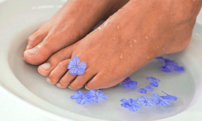Для смягчения кожи пяток ноги держат около 20 минут в растворе, после этого чистят и смазывают кремом