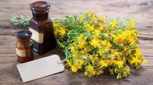 Эфирные масла растений рекомендуется использовать для компрессов и примочек, смешивая ароматные вытяжки с маслами-основами