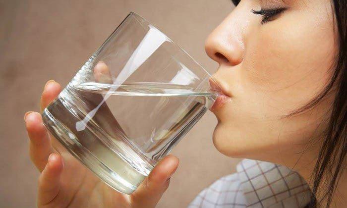 Препарат рекомендовано принимать во время приема пищи или перед ним, не разжевывая и запивая небольшим количеством воды