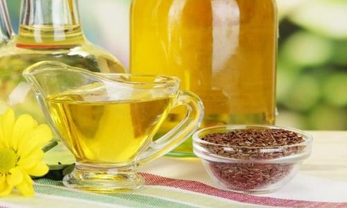 Льняное масла содержит ряд полезных веществ, которые обуславливают лечебные свойства продукта.