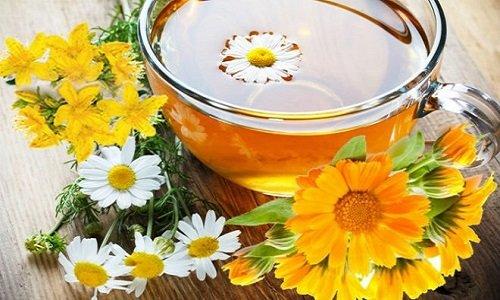 Отвары и настои из целебных растений используются не только для употребления внутрь. Ими можно также полоскать горло при ангине, обрабатывать ротовую полость, слизистые оболочки, кожные покровы