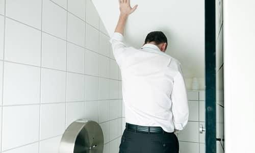 Пациенты жалуются на рези при опорожнении мочевого пузыря, данный симптом объясняется сдавливанием мочевыводящих протоков