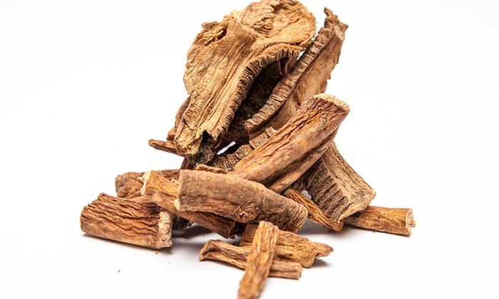 Корень горечавки и пряные специи оказывают бактерицидное действие и стимулируют выработку ферментов и желудочного сока