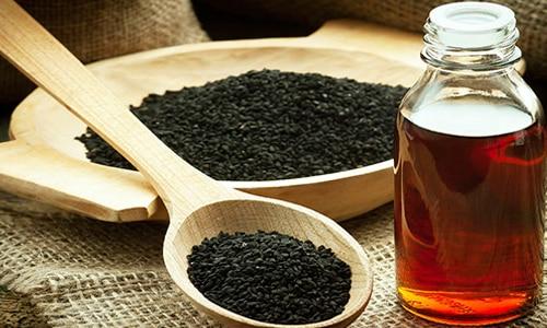 Многие мужчины для борьбы с воспалительным процессом в предстательной железе предпочитают использовать масло черного тмина