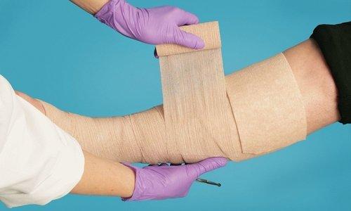 При обработке трофических язв гель наносится на очищенную рану в небольшом количестве и накрывается сверху стерильной повязкой