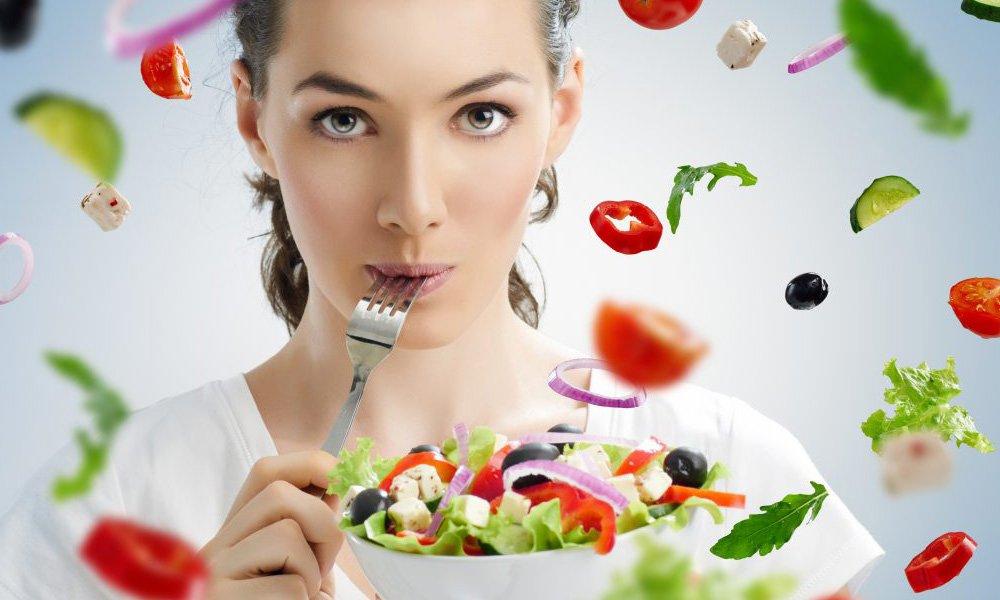 Прием пищи не оказывает влияния на усвоение лекарства и повреждение им слизистых оболочек ЖКТ, поэтому его принимают в любое время, независимо от еды