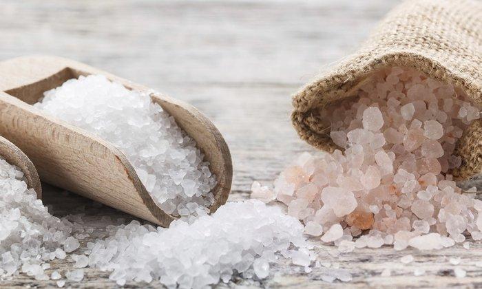 Для полоскания горла вместо соды применяют поваренную или морскую соль, которая в данном случае обладает всеми свойствами NaHCO3