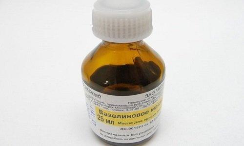 Масло вазелиновое - препарат со слабым желтоватым оттенком. Его выпускают в темных стеклянных бутылочках емкостью 25 мл