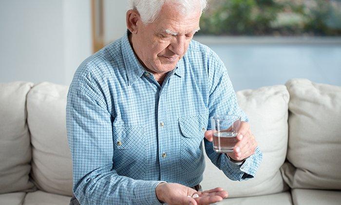 Препарат можно принимать людям пожилого возраста при запорах и геморрое