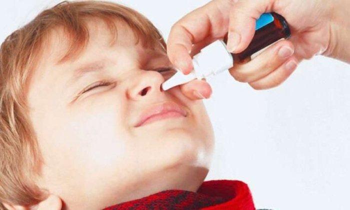 При лечении острого ринита вспрыскивают 0,25%-ный раствор ZnSO4 в нос