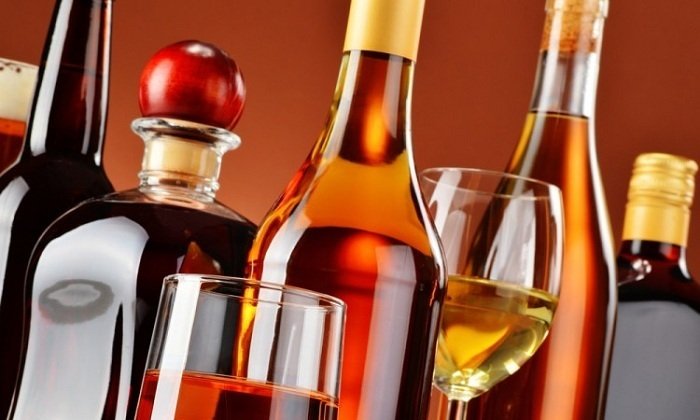 При трещинах прямой кишки из рациона обязательно исключают спиртные напитки