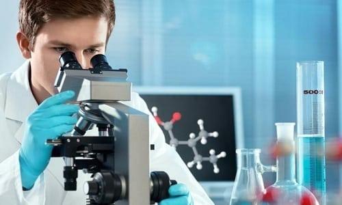 Микроскопический анализ включает оценку клеточной структуры, наличие лейкоцитов, эритроцитов, эпителия