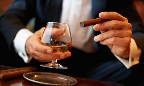 Факторами риска развития аденокарциномы простаты являются алкогольная зависимость и курение