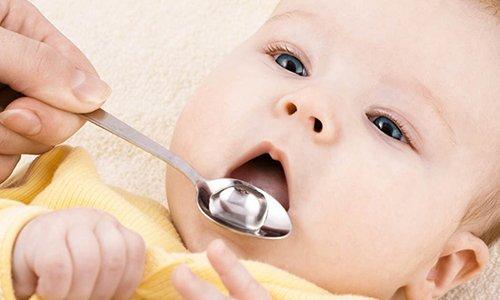 Детям 3-36 месяцев капсулы Аципол вскрывают и порошок растворяют в молоке или воде, дают во время еды 2-3 раза в сутки