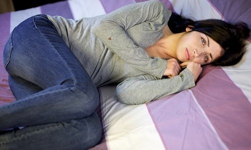Свечу нужно вводить глубоко в прямую кишку и лежать в течение 30-40 минут, чтобы лекарство успело подействовать и не вытекло