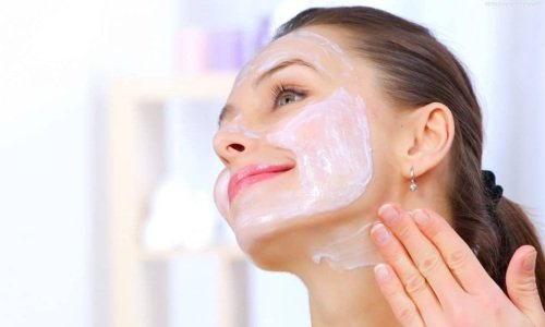 Для устранения морщин мазь можно наносить в виде маски на 1-1,5 часа или в смеси с питательным кремом в соотношении 1:1 на ночь