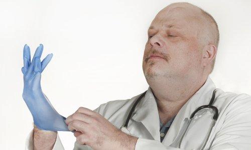 Необходимо учитывать индивидуальные особенности болезни и предварительно согласовать с проктологом курс и дозировки препаратов