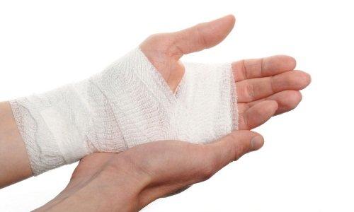 Мазь выпускается для использования наружно. Применяются стерильные салфетки из марли, которые накладываются на раневую поверхность после нанесения мази