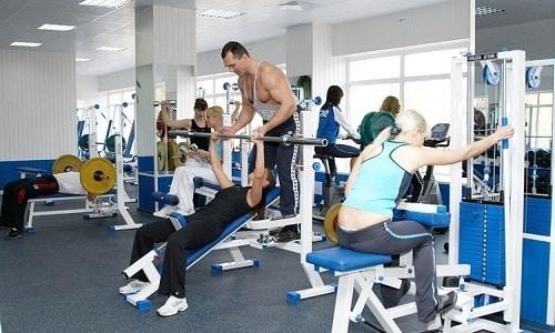 Даже при хроническом простатите состояние мужчины становится лучше, если он начинает посещать спортзал