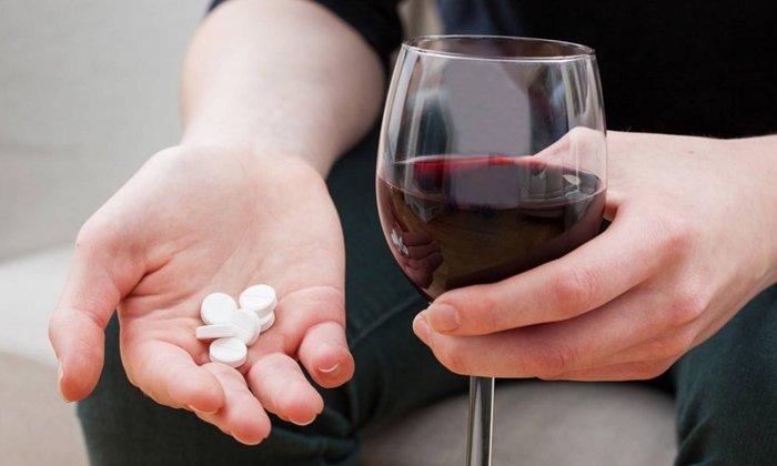 Лучше отказаться от приема алкогольных напитков на момент лечения