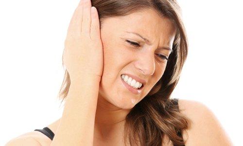 При наличии заболеваний уха терапия проводится с помощью капель - по 5 штук наносят в каждую ушную раковину по 3-4 раза в сутки