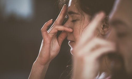 Непосредственно перед впрыскиванием спрея нужно сделать вдох и задержать дыхание