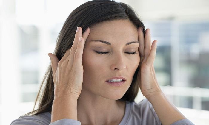 Длительный прием препарата может обернуться гипервитаминозом, который проявляется через головные боли