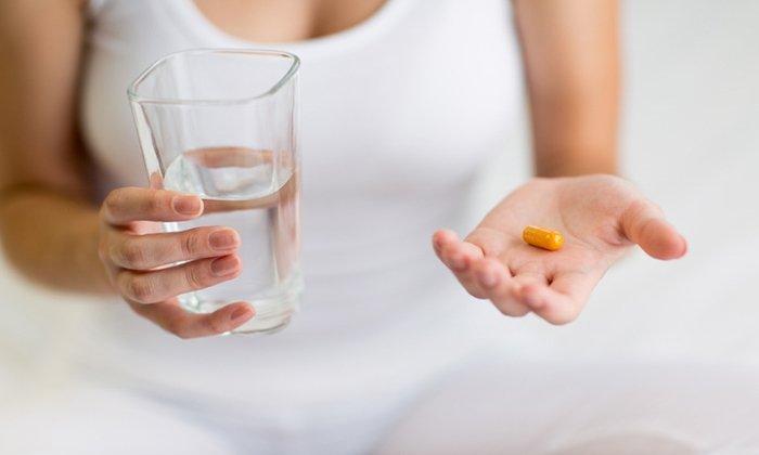 Применяют капсулы или драже перед употреблением пищи, запивая водой, строго в назначенной врачом дозировке