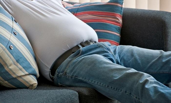 Патология возникает на фоне синдрома раздраженного кишечника, который проявляется постоянным вздутием кишечника