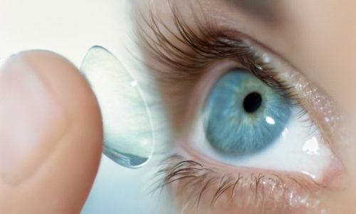 Лицам, использующим контактные линзы, рекомендуется снять их за 15-20 минут перед тем, как капать глаза