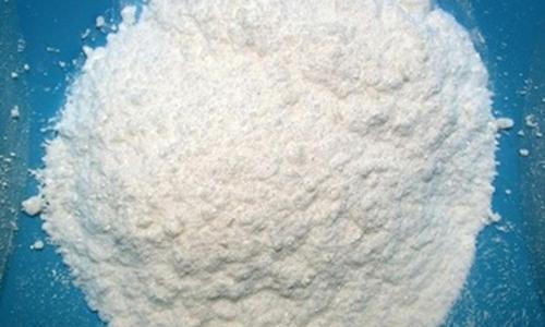 Выпускается в порошкообразной форме, субстанция отличается беловатым оттенком и наличием мелких кристаллов