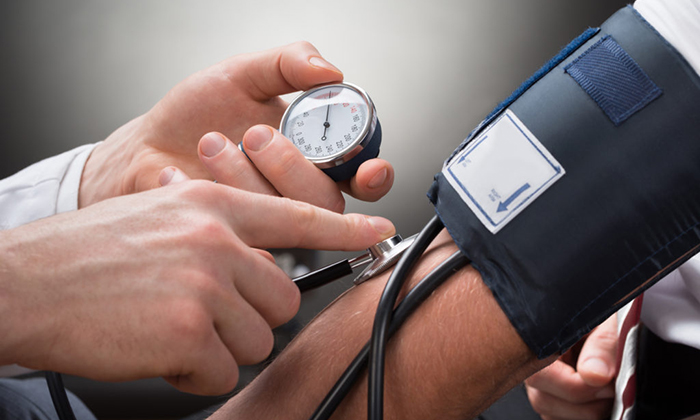 Пациентам с высоким давлением нужно с осторожностью принимать Гидрокортизоновую мазь