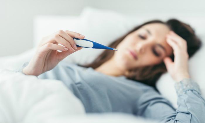 При осложнениях возникает яркая болезненная симптоматика, сопровождающаяся повышением температуры